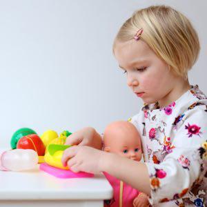 نقش بازی درمانی در کاهش اضطراب جدایی کودکان