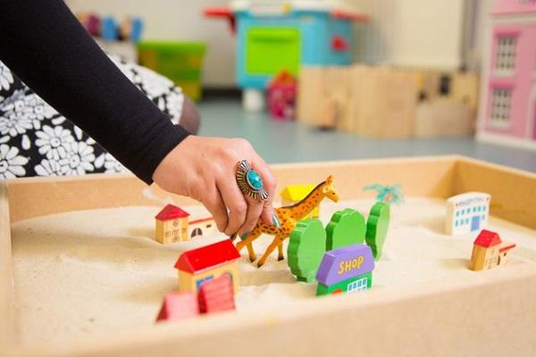اهمیت بازی درمانی در رشد کودکان